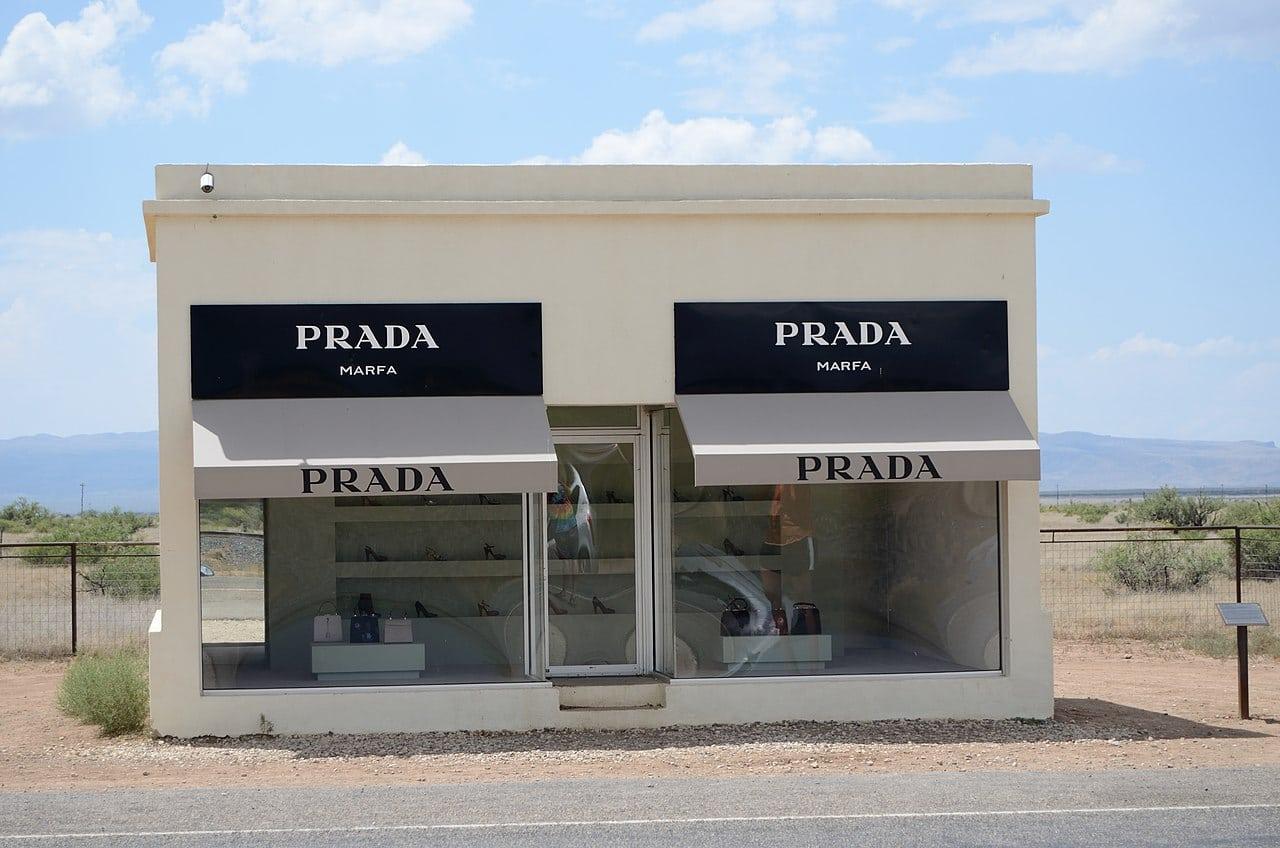 Magasin Prada perdu dans le désert