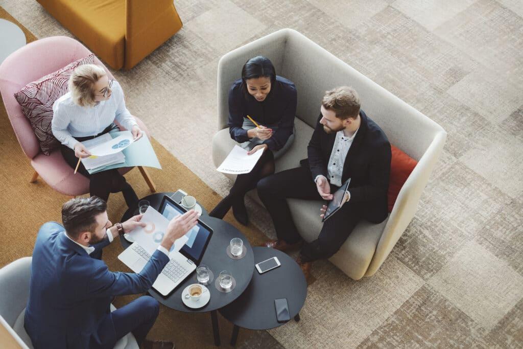 Réunion avec des experts en communication digitale
