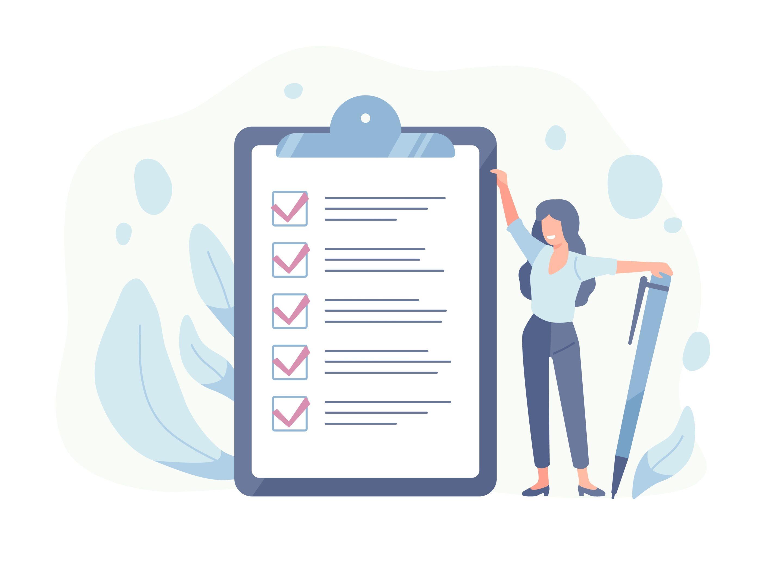 Femme tenant une checklist remplie